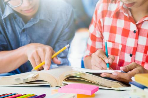 Escolas podem mudar o material didático todo ano e cobrar qualquer valor? Veja o que diz a lei