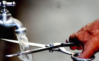 Condomínio deve indenizar por corte de água de moradora que não pagou multa